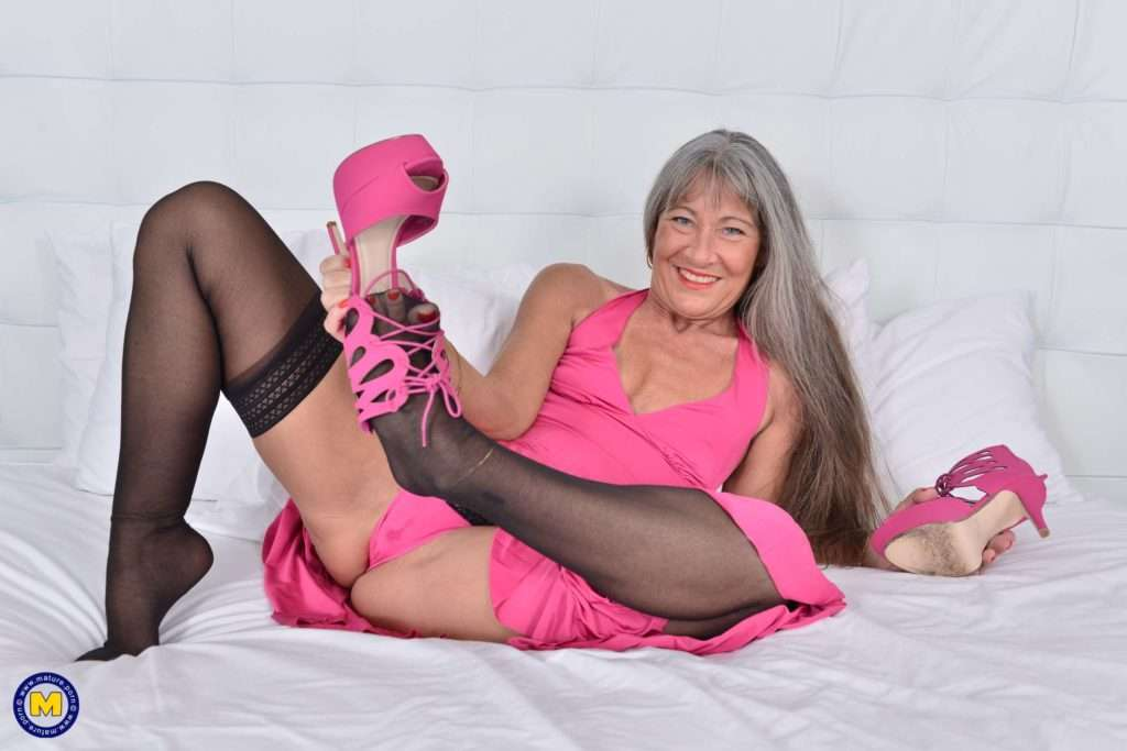 Naughty Mature Lady Playing With Her Pussy At Mature.nl