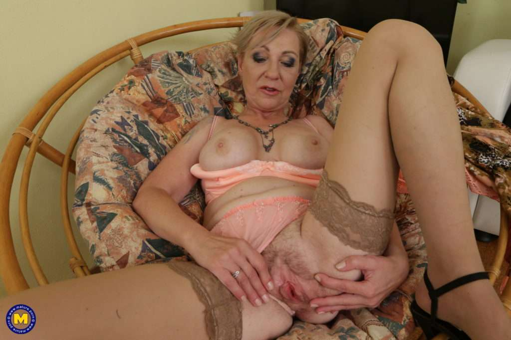 Unshaved Housewife Playing With Her Pussy At Mature.nl