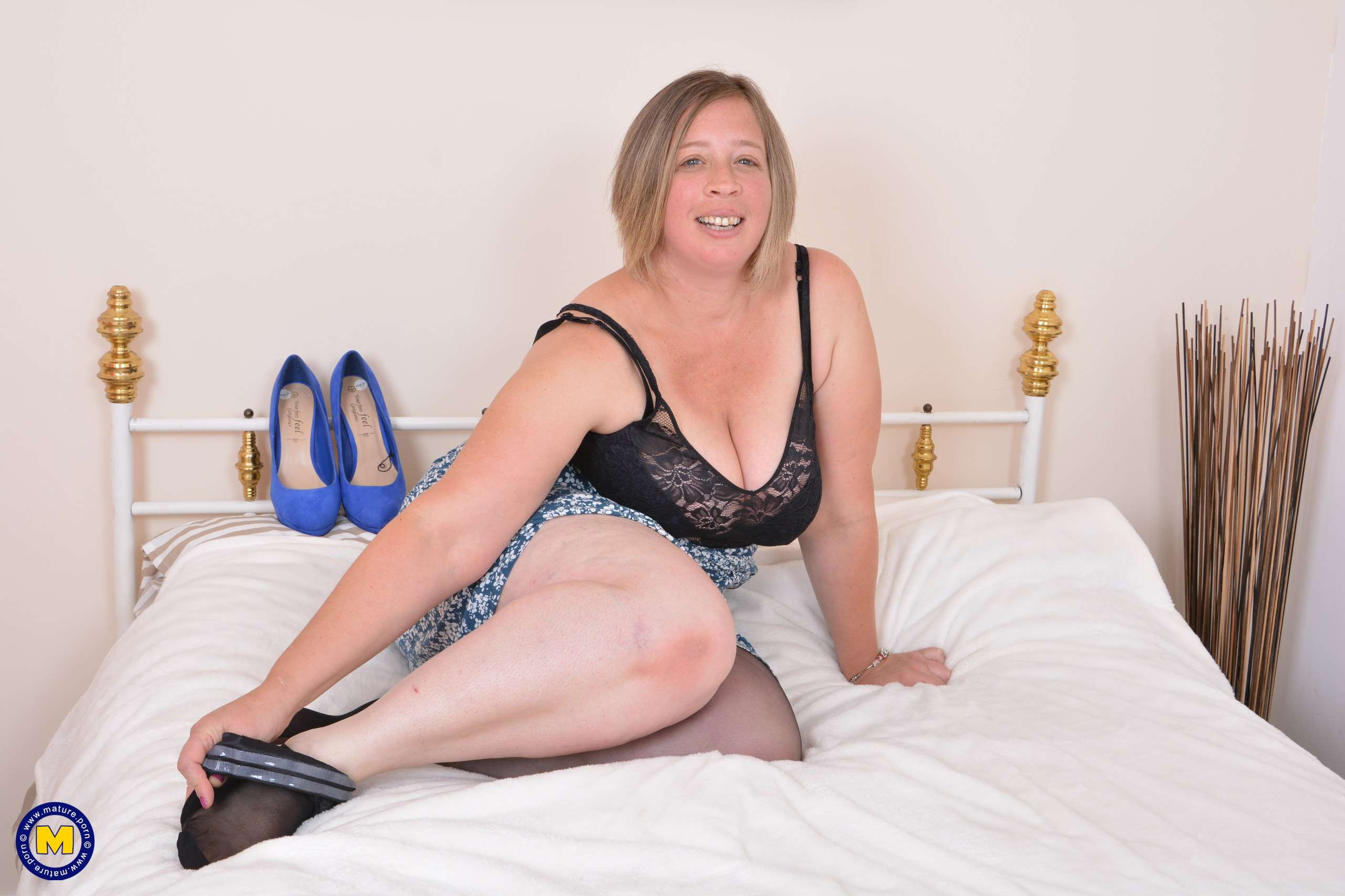 Speedy bee undresses and plays with her pussy