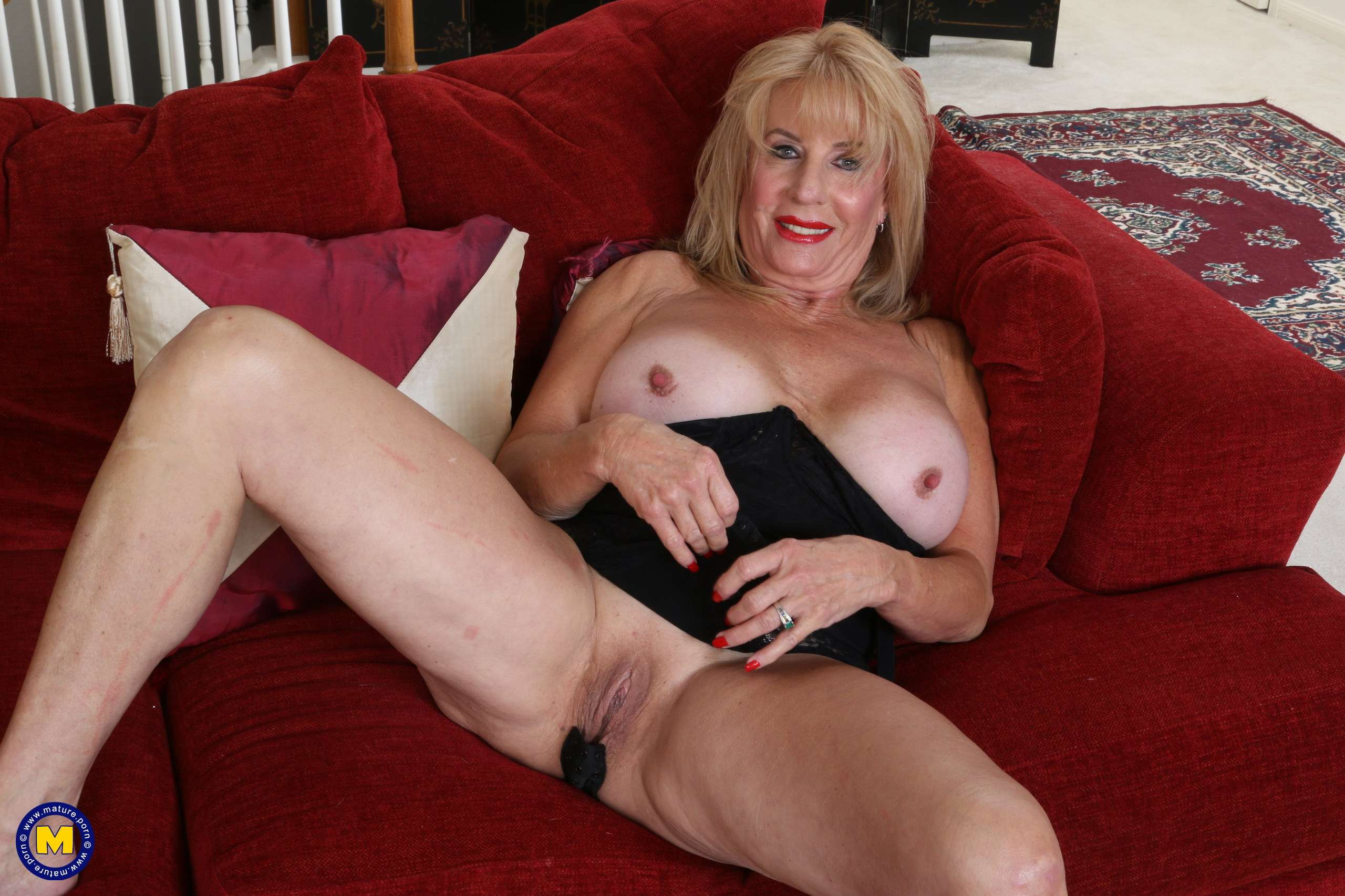 Horny American mature lady Rae getting wet and wild