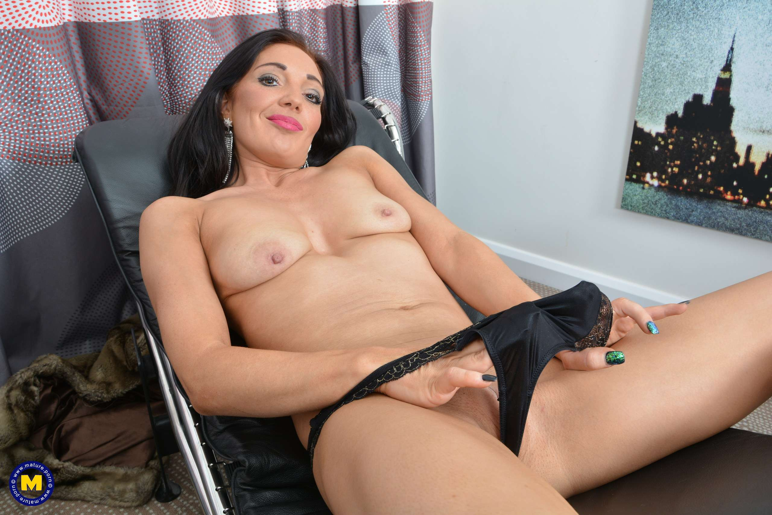 This Naughty Milf Plays With Her Wet Pussy At Mature.nl
