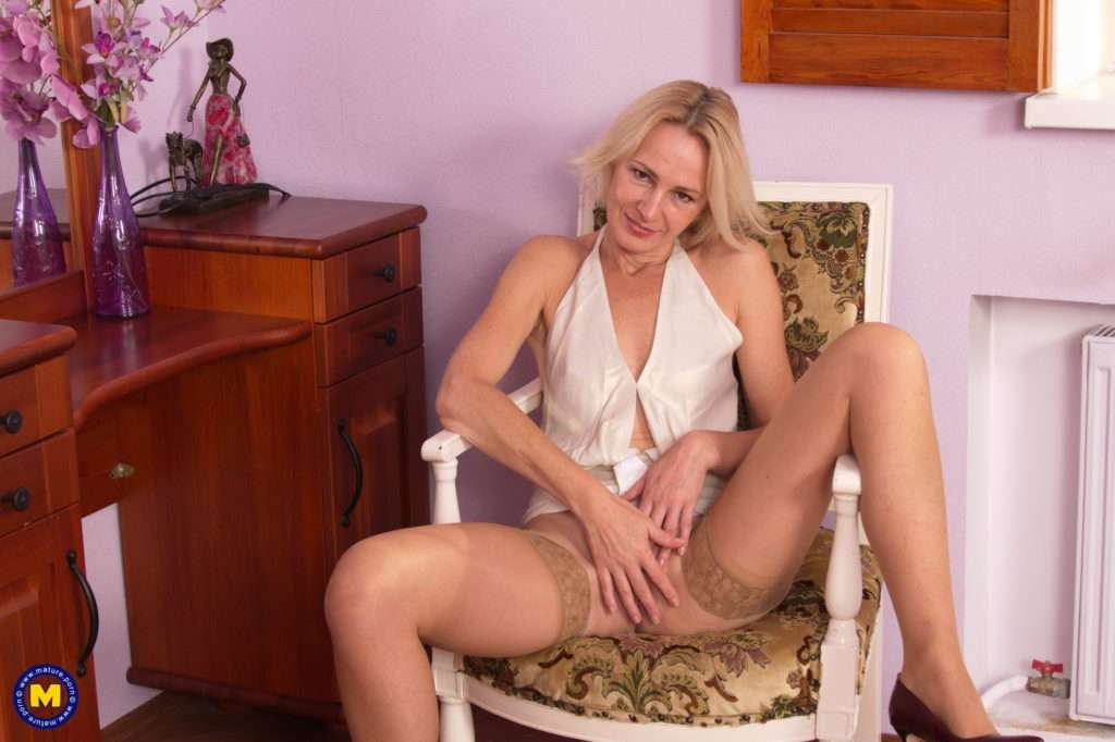 Cute Housewife Playing With Her Pussy At Mature.nl