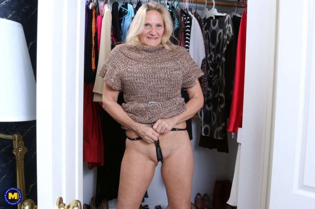 Naughty American Mature Lady Playing With Her Pussy At Mature.nl