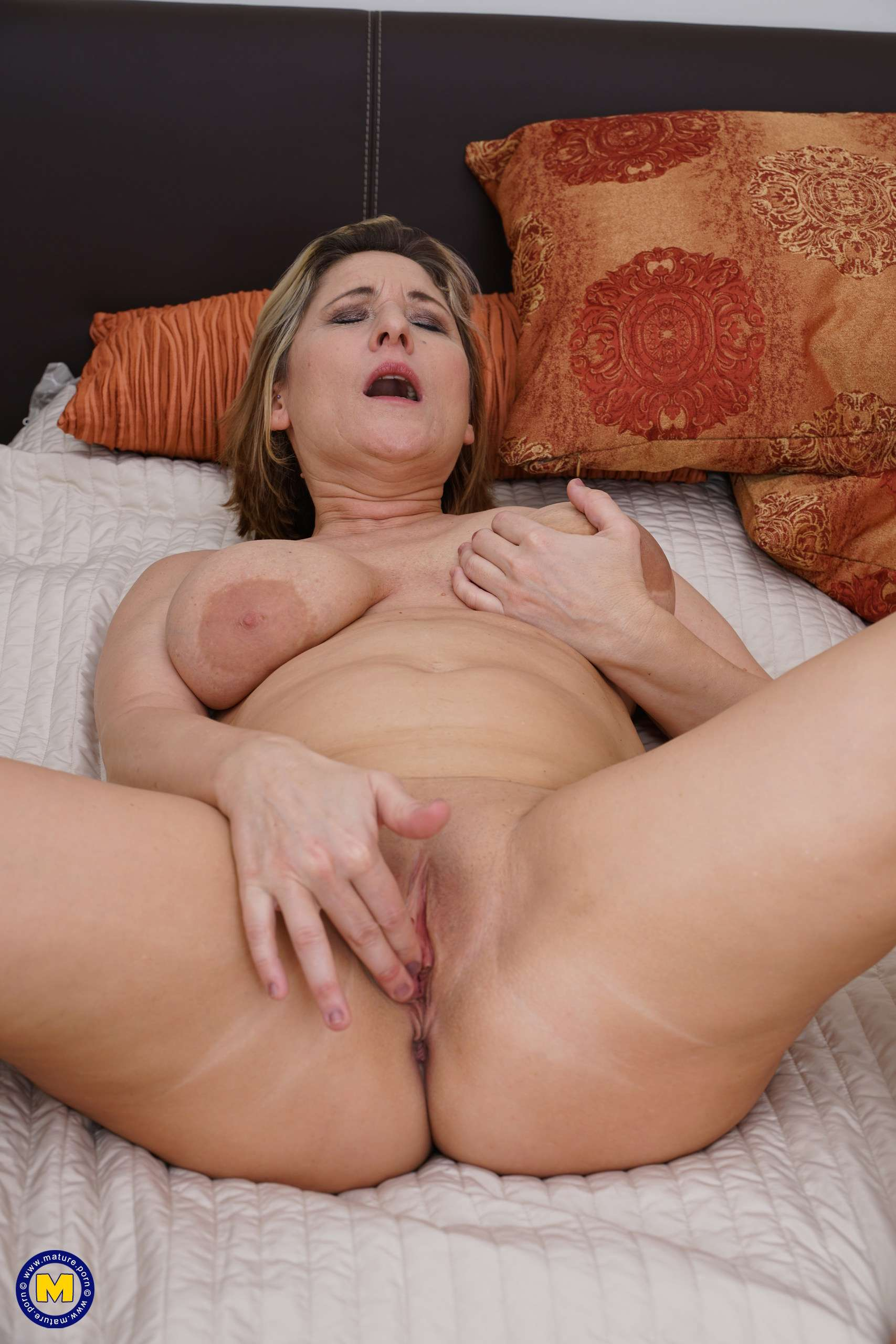 Big Breasted Mature Teresa Lynn Playing With Herself At Mature.nl