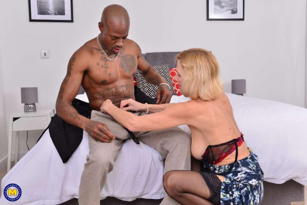 Horny Mature Molly Maracas Goes Interracial At Mature.nl