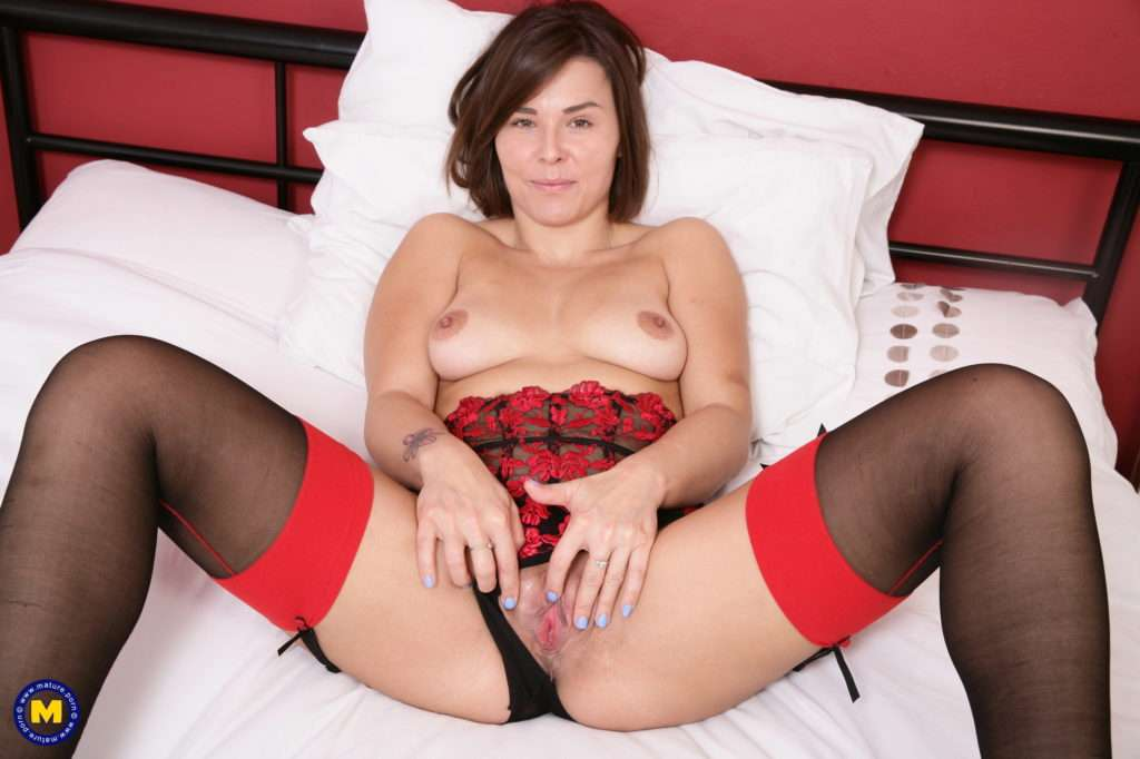 Cute British Mom Playing With Herself At Mature.nl