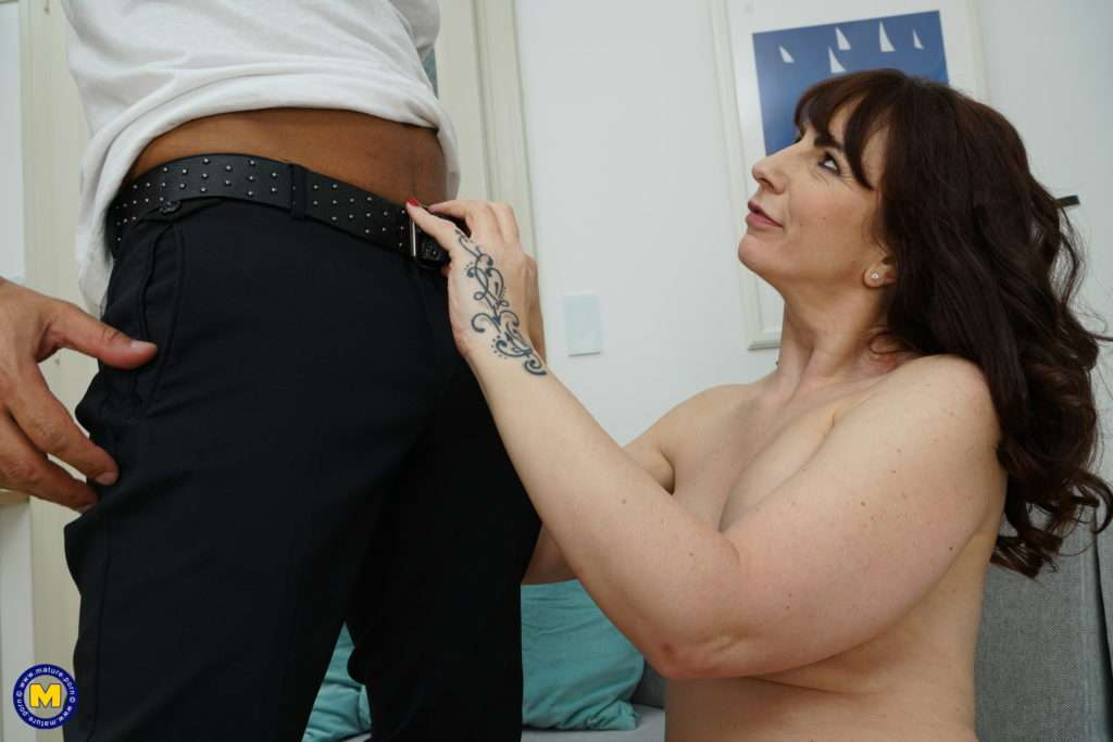 Naughty Housewife Toni Lace Doing A Horny Black Guy At Mature.nl