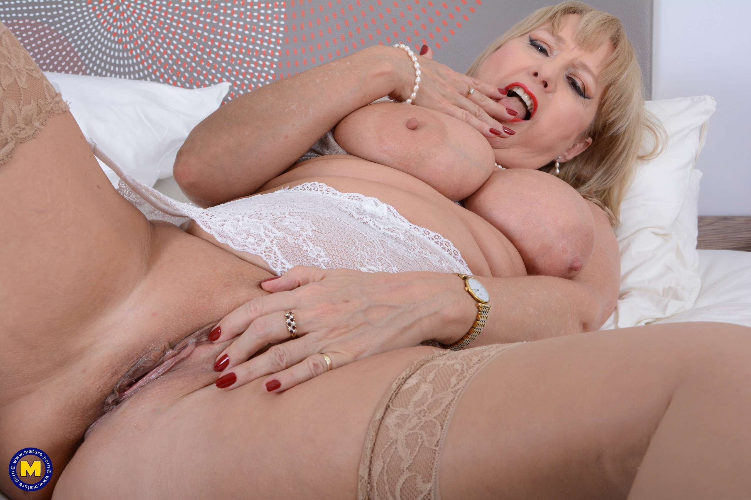 Horny mature Lorna Blu getting ready to play with her pussy at Mature.nl