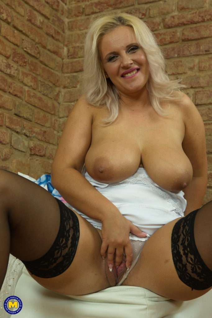 Horny Mom Eva Fingering Herself At Mature.nl