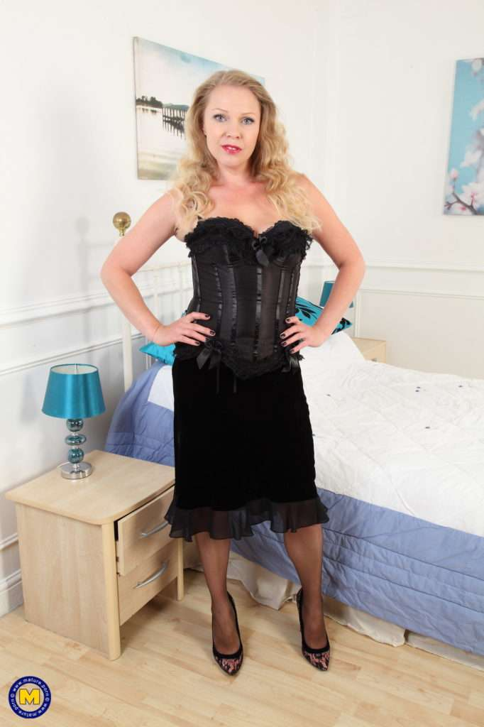 Hot Milf Abigail Toyne Strips And Getting Wet At Mature.nl