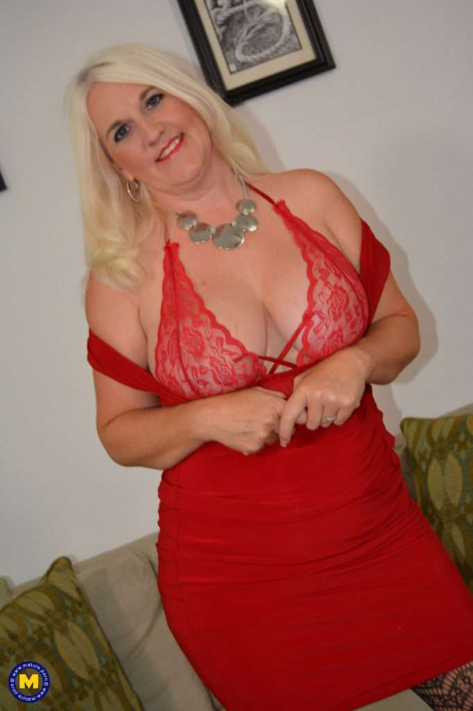 American Anna Moore Loves To Play With Her Naughty Bits At Mature.nl