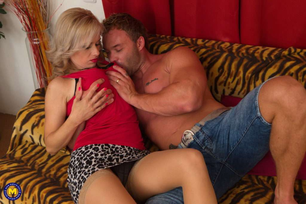 Hot Mom Retta Getting Wet And Wild With Her Lover At Mature.nl