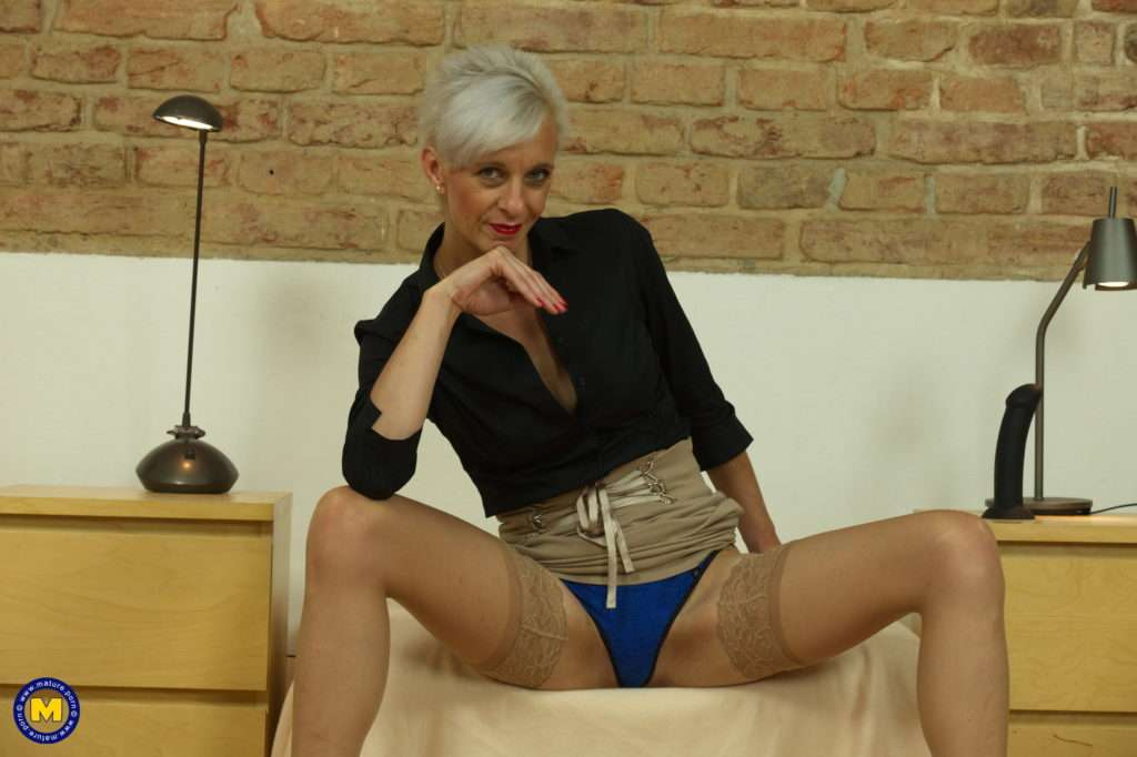 Naughty Mature Lady Playing With Her Wet Pussy At Mature.nl