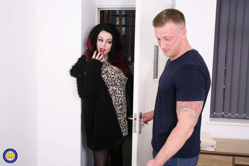 Naughty Harely Sin Gets A Special Massage At Mature.nl