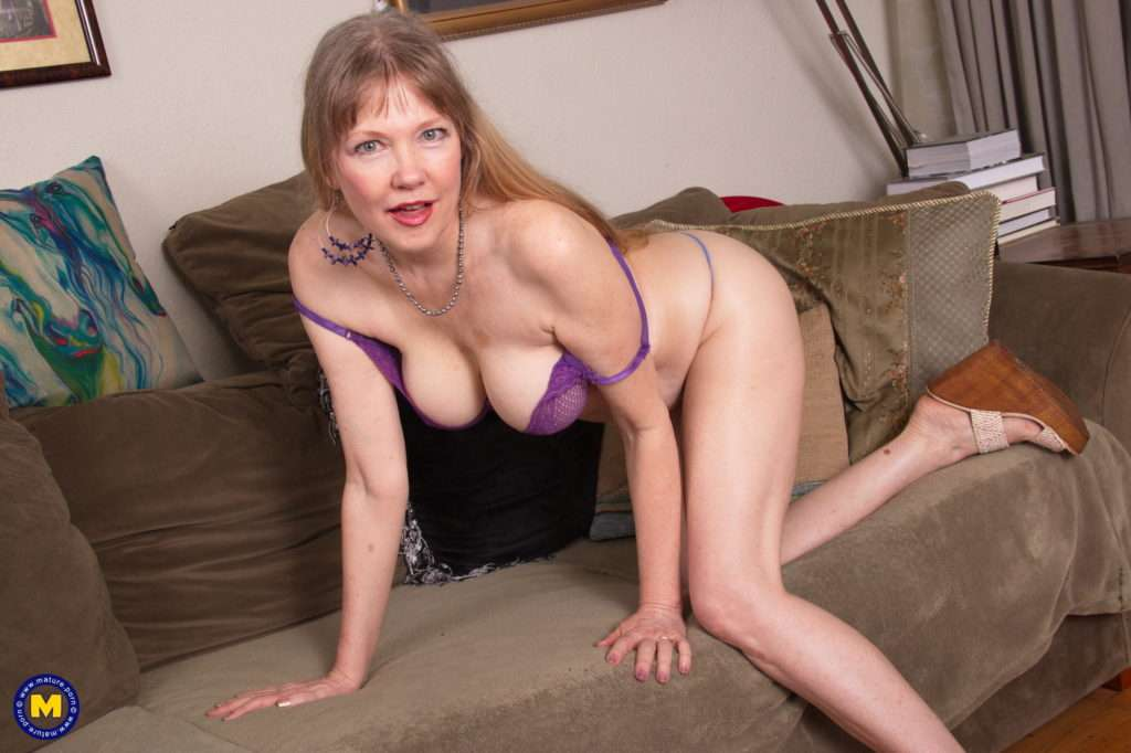 This British Cougar Gets Wet In The Garden And Even More On The Couch At Mature.nl