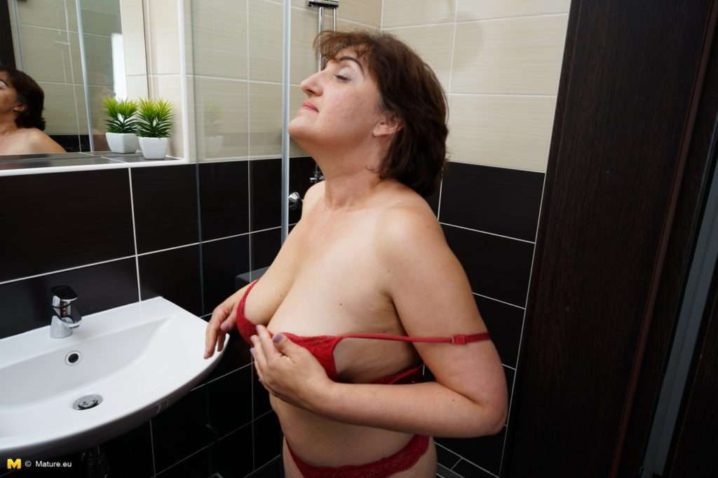 Curvy Mature Melana Is Showing Off Her First Time In A Solo Shoot At Mature.nl
