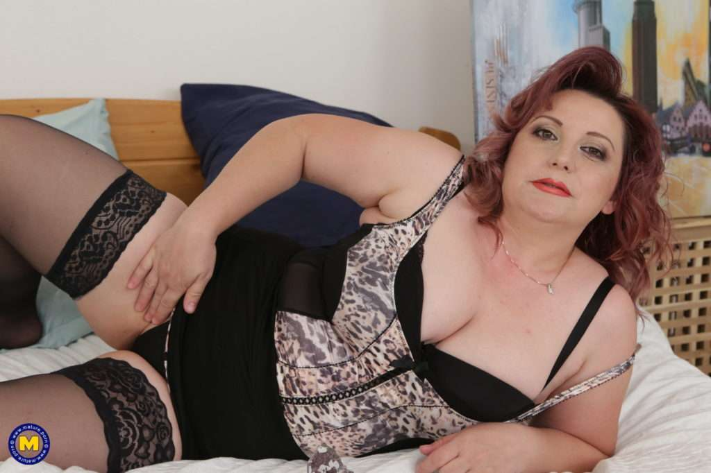 Curvy Mature Lady Playing With Her Wet Pussy At Mature.nl