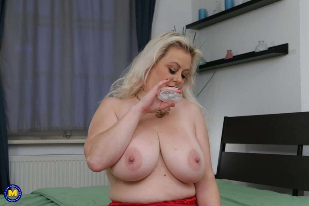 Curvy Elleanor With Her Big Boobs Loves Playing With Herself At Mature.nl