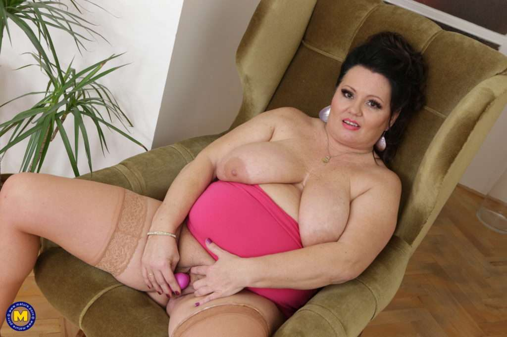 Curvy Mature Cougar With Big Boobs Playing With Herself At Mature.nl