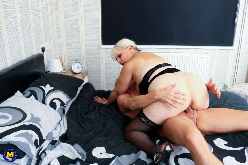 Horny Mature Curvy Lady Fucking And Sucking Her Lover In Bed At Mature.nl