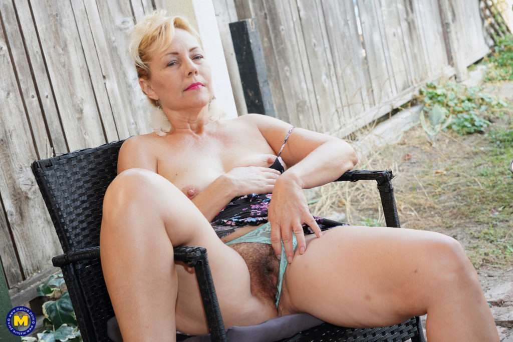 Hairy Mature Lady Playing With Her Pussy At Mature.nl