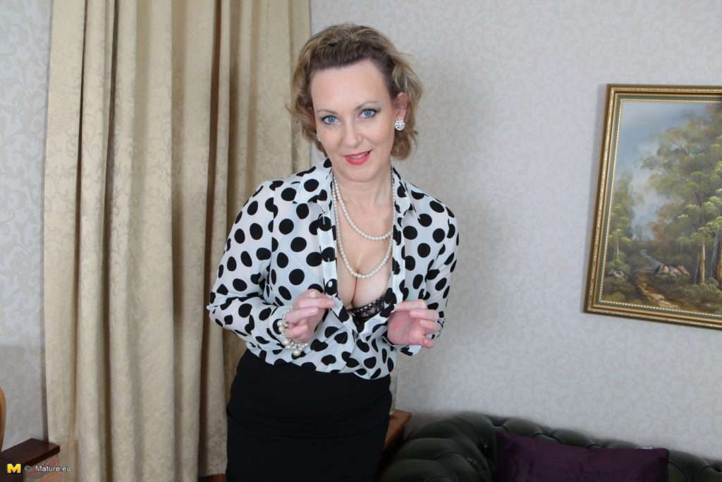 This Horny British Housewife Loves To Play Alone At Mature.nl