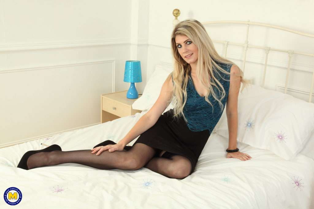 Hot British Mom Playing With Herself At Mature.nl