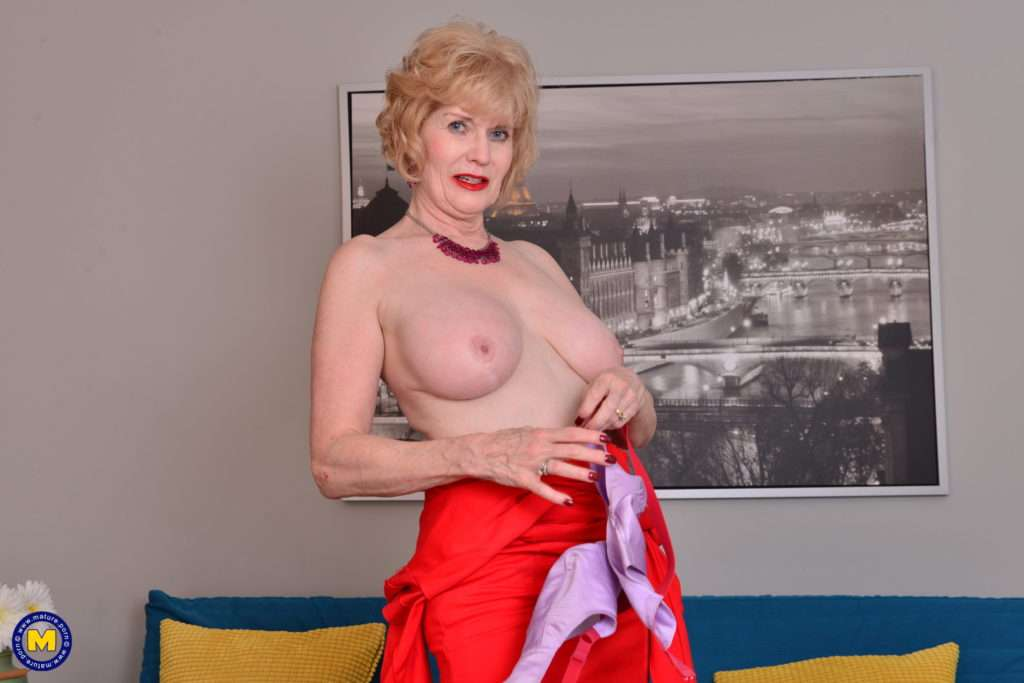 This American Mature Lady Loves Playing With Her Wet Pussy At Mature.nl