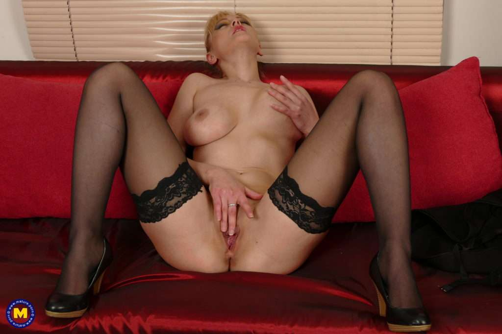 Naughty Housewife Fooling Around On Her Couch At Mature.nl