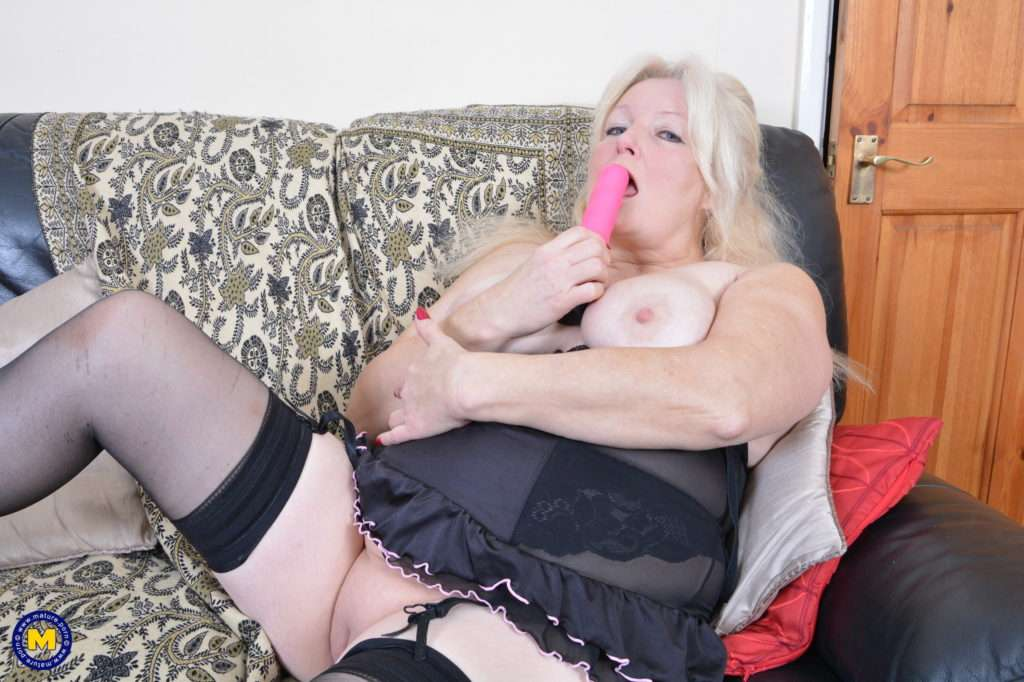 Chubby British Mature Lady Getting Wet And Wild At Mature.nl