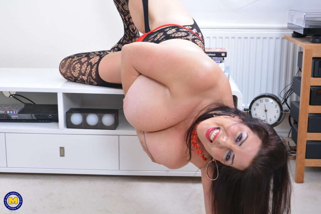 Big Breasted Housewife Lulu Loves To Play Alone At Mature.nl