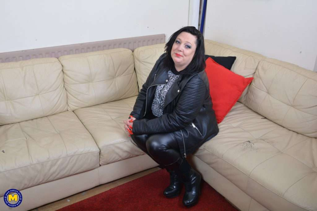 This Curvy Mama Loves To Play With Her Pussy At Mature.nl