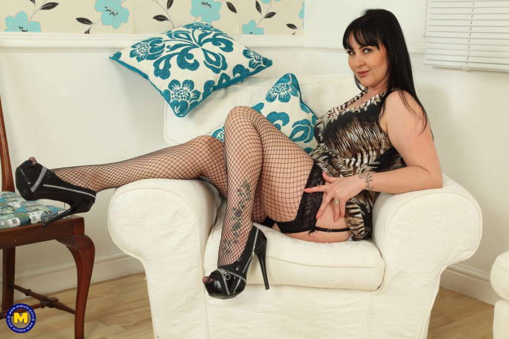 Hot British Amber Leigh Loves To Play With Her Pussy At Mature.nl