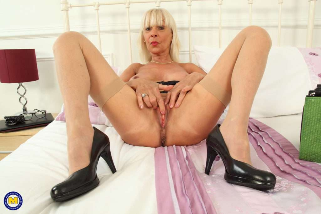 Naughty British Mature Elaine Playing With Her Pussy At Mature.nl