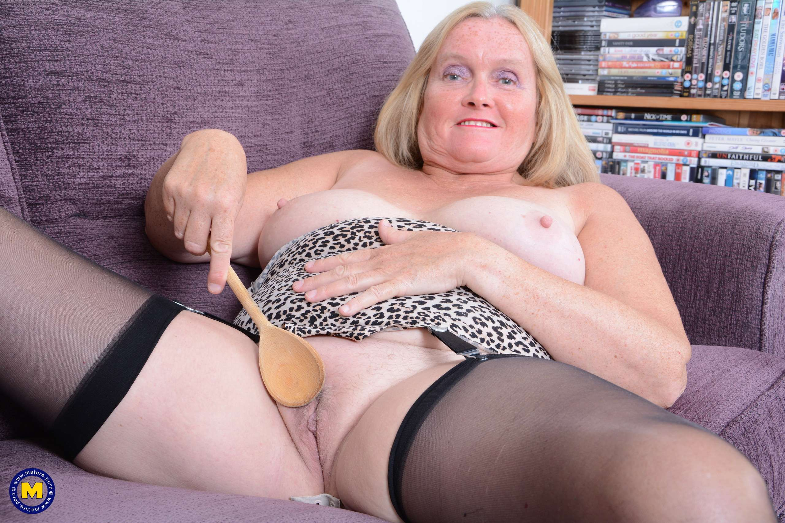 This British mature lady loves to fool around