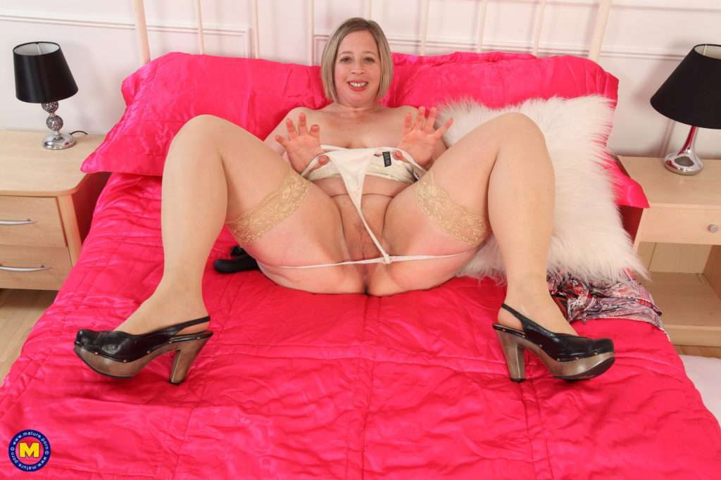 British Curvy Housewife Shooting Star Playing With Herself At Mature.nl
