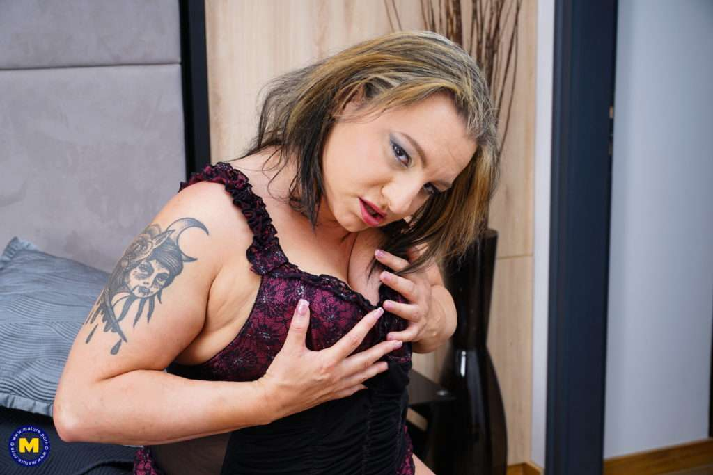 Hot And Curvy Kiara Rizzi Playing With Her Pussy At Mature.nl