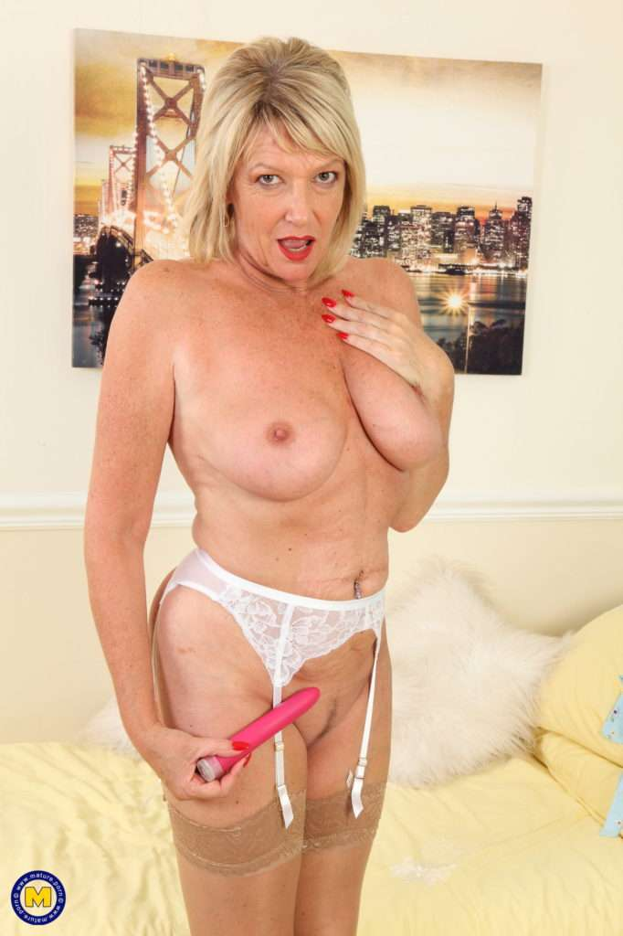 Naughty British Cougar Amy Plays With Her Wet Pussy At Mature.nl