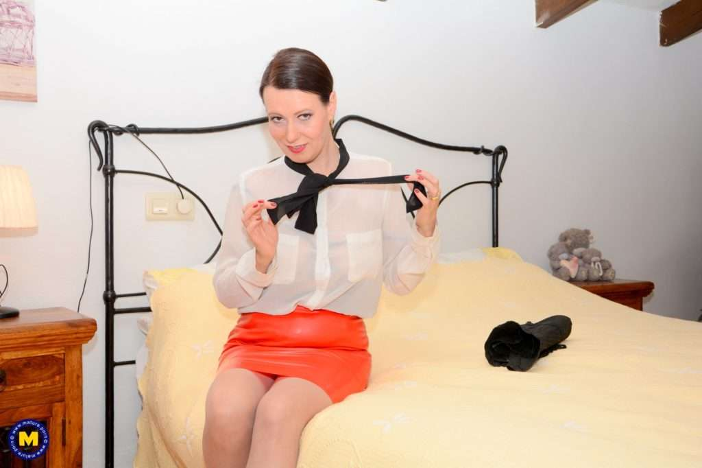 Horny Annabelle More Plays With A Huge Dildo In Bed At Mature.nl