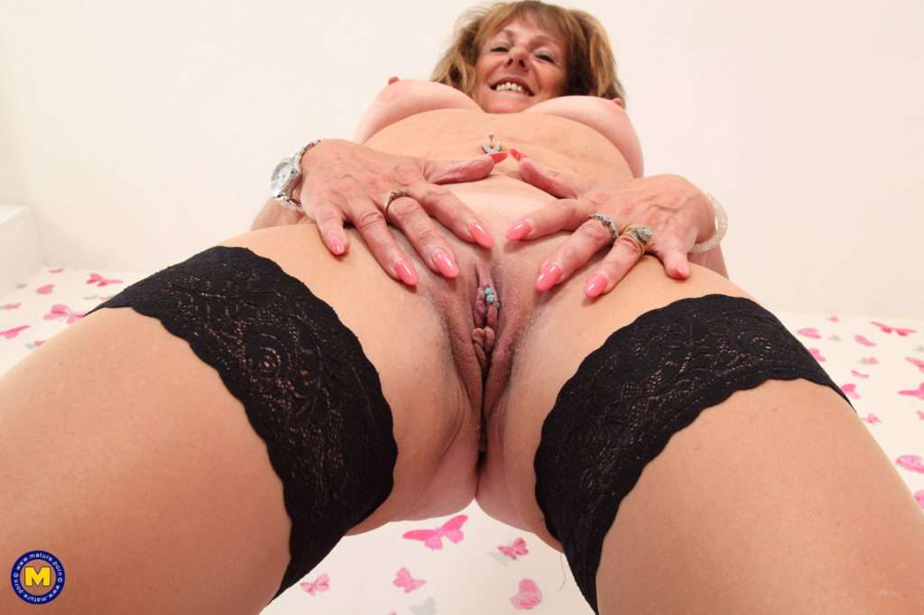 Naughty Pandora Loves To Play With Her Pussy At Mature.nl