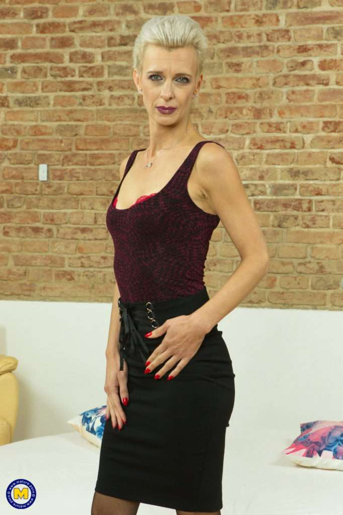Naughty Cougar Espoir Loves The Attention From Younger Men At Mature.nl