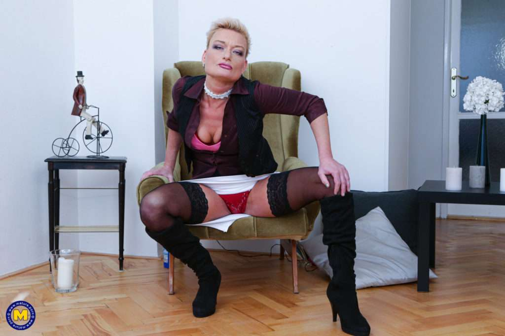 Shaved Mature Slut Playing With Herself At Mature.nl