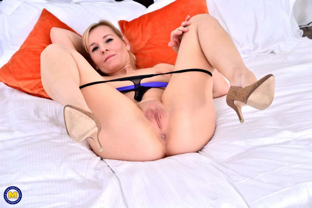Naughty Housewife Playing With Her Pussy At Mature.nl