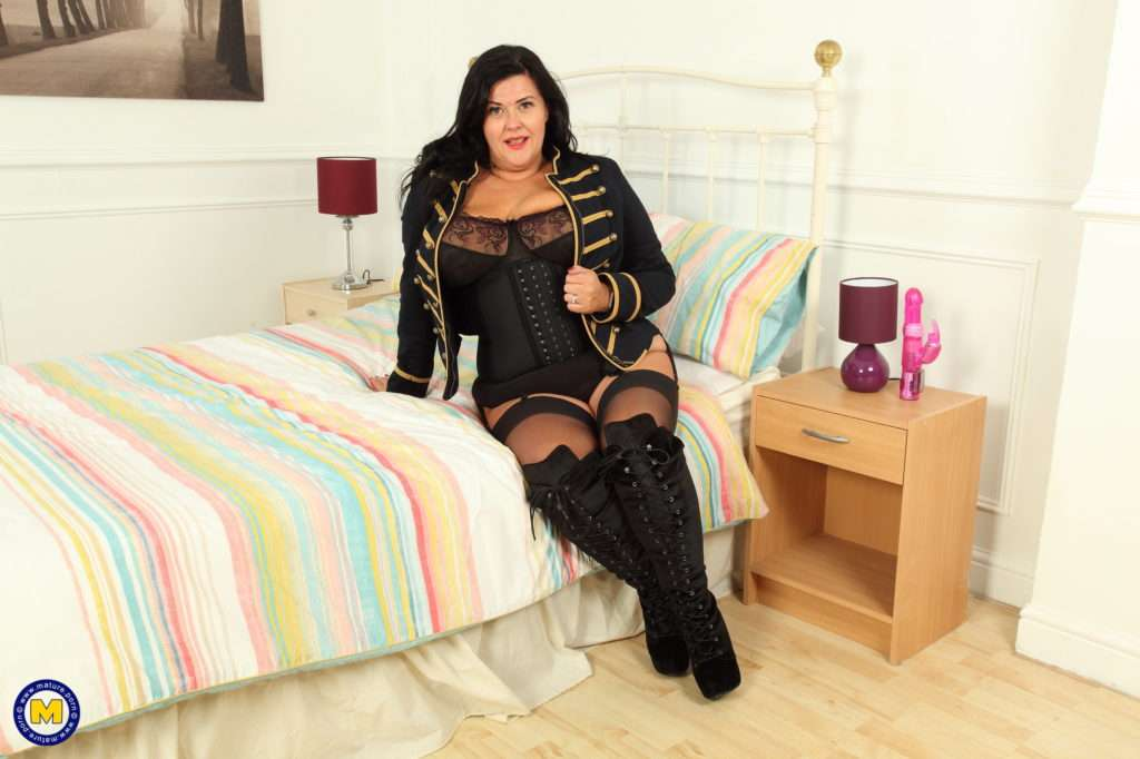Curvy British Housewife Playing With Her Pussy At Mature.nl