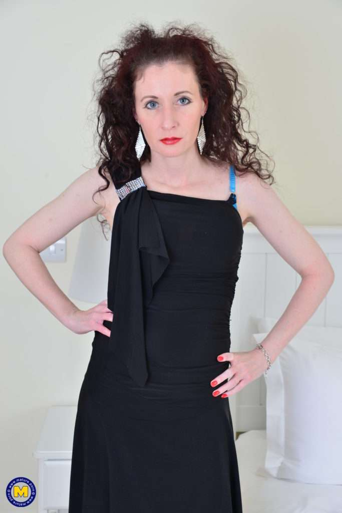 Naughty British Housewife Scarlet Loves To Get Wet And Wild At Mature.nl