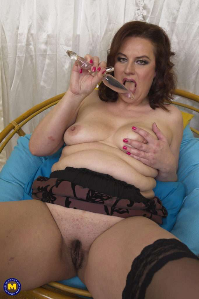 Curvy Housewife Playing With Her Pussy
