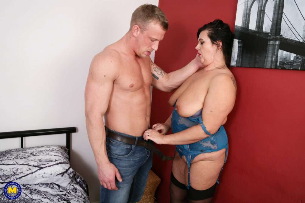 Curvy British Housewife Fooling Around With A Horny Dude At Mature.nl