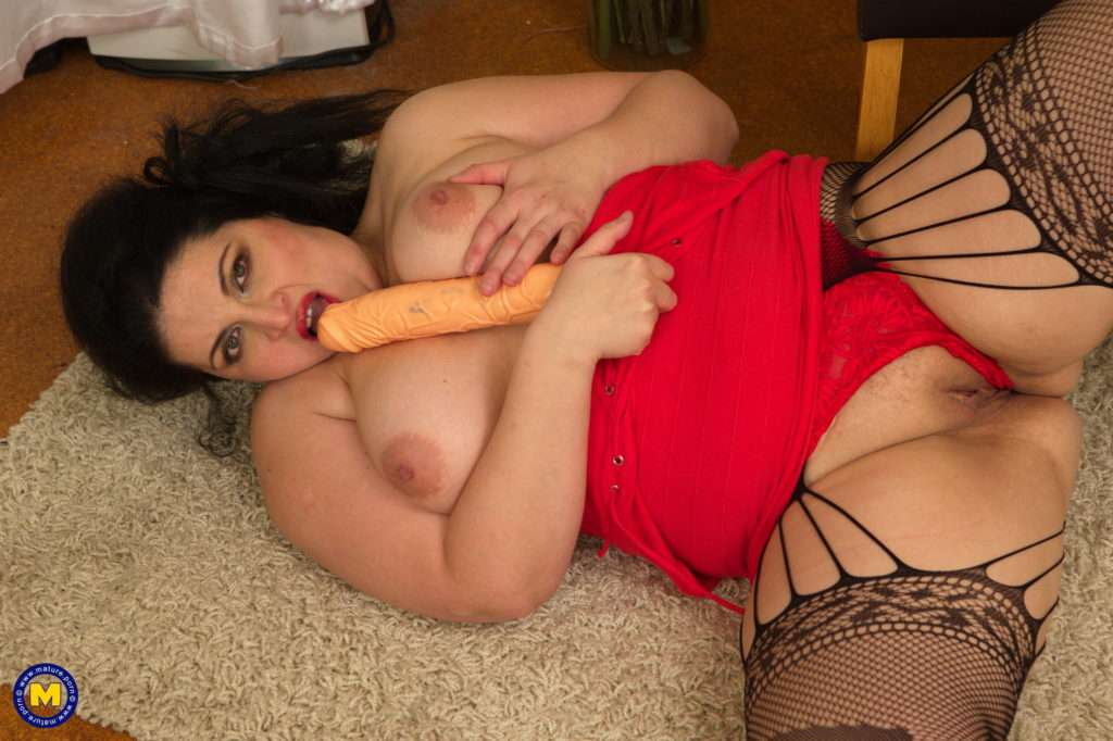 Curvy Housewife Playing With Her Wet Pussy