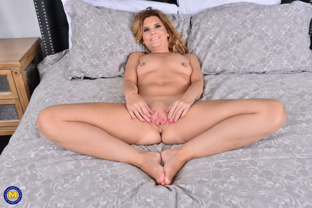 Horny American Housewife Alby Daor Playing In Bed At Mature.nl