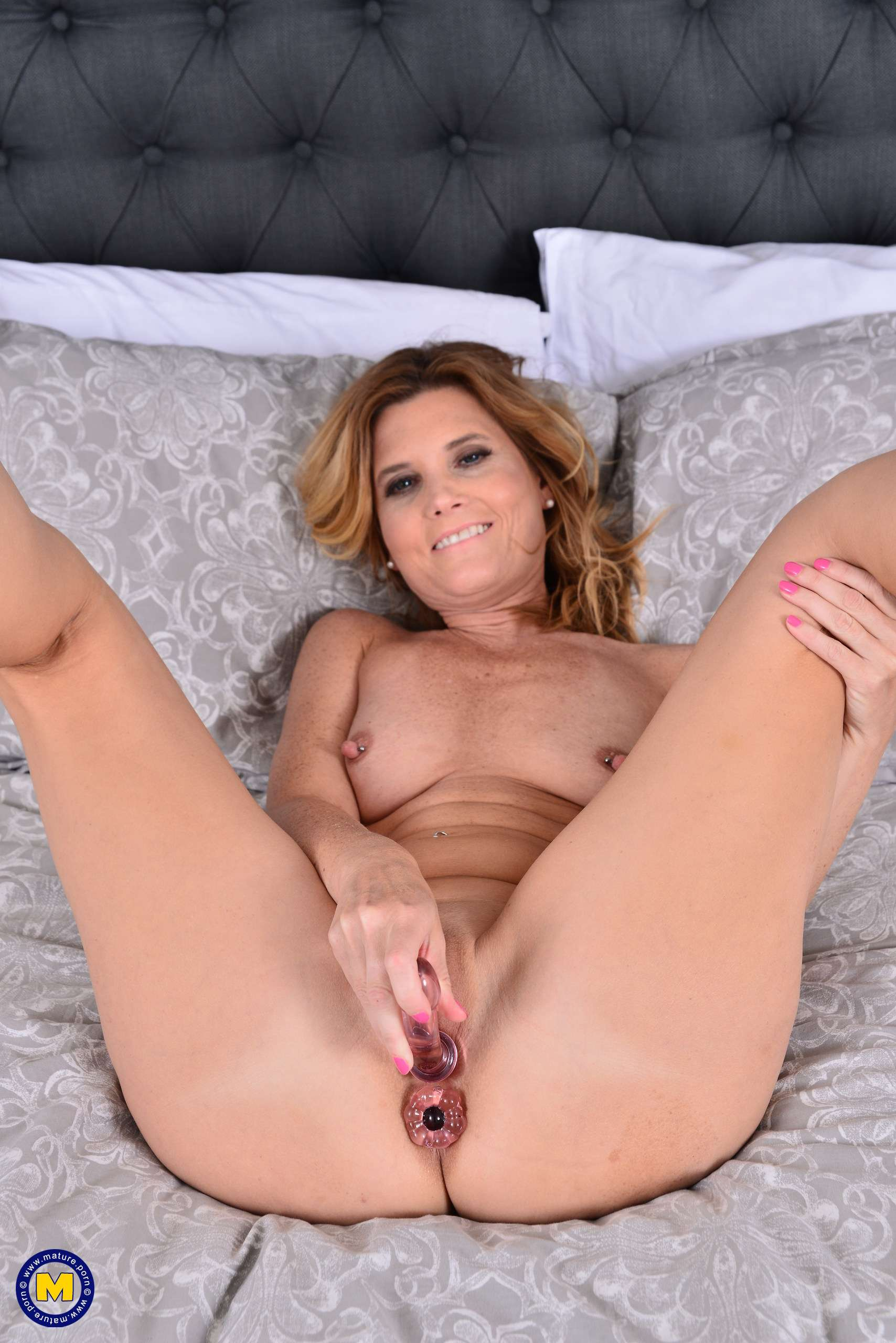Horny American housewife Alby Daor playing in bed